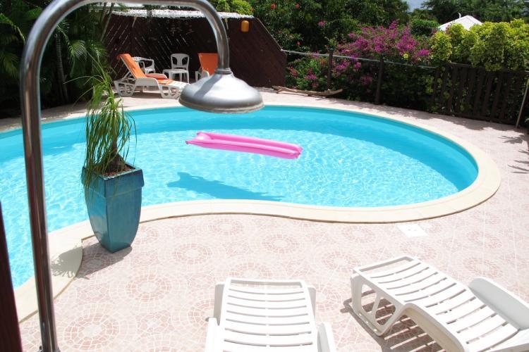 La douche extérieure avant un plouf dans la piscine.