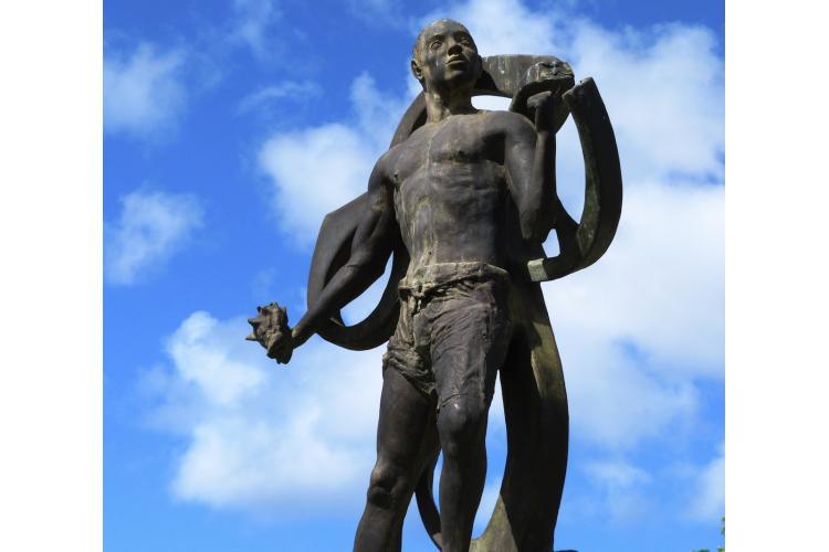 """La magnifique statue du """" Neg Mawon"""", située sur le rond-point à l'entrée de la ville du Diamant"""