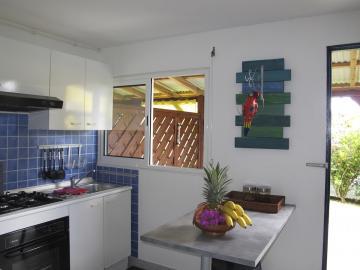 Votre cuisine spacieuse donnant sur la terrasse couverte.