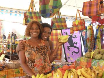Nos charmantes vendeuses du marché polyvalent. Ici doudou Chantal et sa fille.