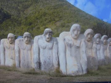 15 bustes d'une hauteur de 2,50m chacune.