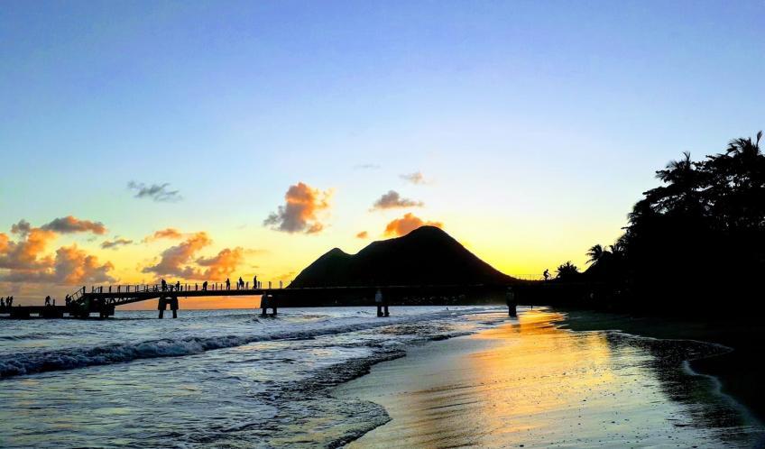 Le soleil se couche sur le Morne Larcher.
