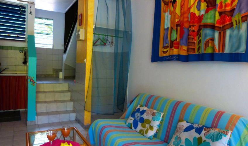 Une penderie et étagère dans le salon, un espace pratique.