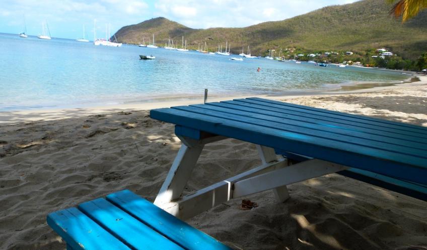 Après une bonne plongée, Vous pourrez boire et manger les pieds dans le sable.