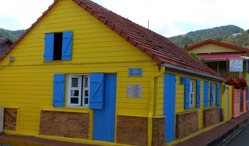 Les maisons de Anses d'Arlet bourg ont pour la plupart été toutes repeintes.