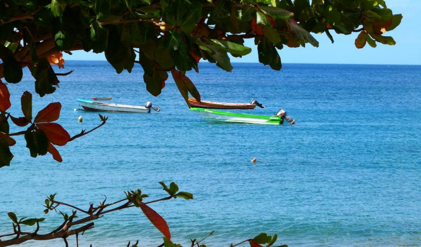 A Petite Anse, le temps s'écoule tranquillement cadencé par l'ondulation de la mer.