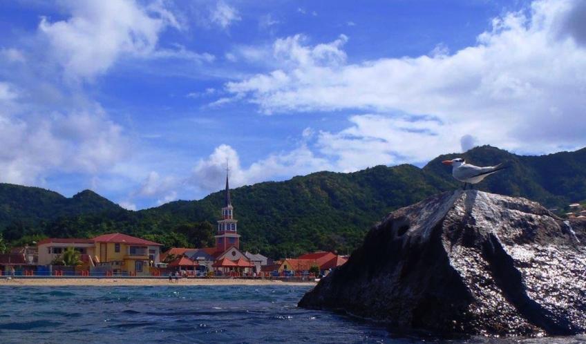 Anse d'Arlet, le bourg. Le rocher connu pour abriter bon nombre de poissons tropicaux