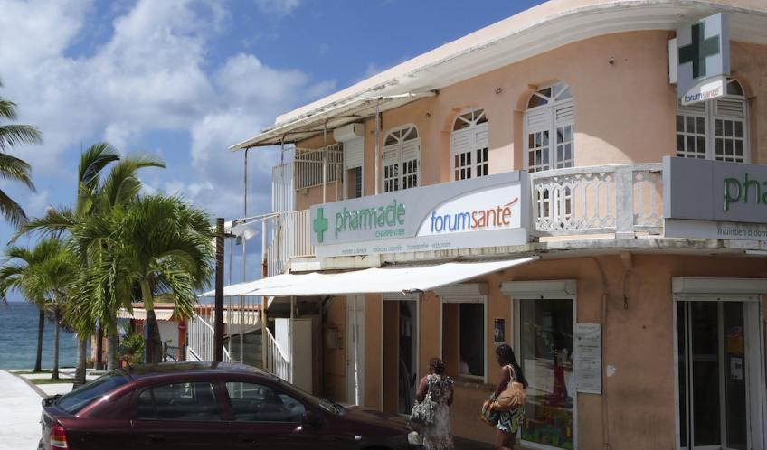Vous avez au Diamant, 2 pharmacies à disposition. La première située au niveau du Neg Marron; à l'entrée de la ville. La deuxième, en face l'église St Tomas, au bourg.