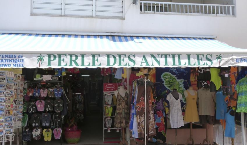 Des beaux sacs et paréos, vous repartirez avec les couleurs des iles. Perle des Antilles est situé sur l'artère centrale du Diamant.