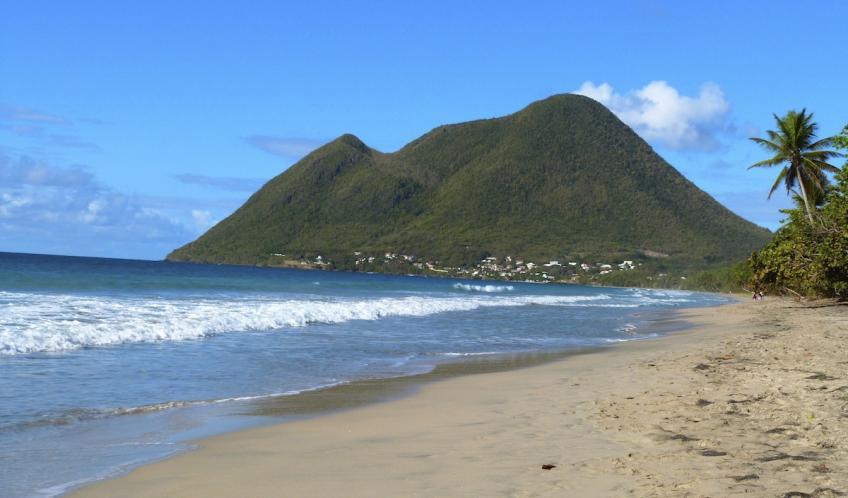 Après 4 minutes de marche de la résidence L'Oasis de L'Anse bleue, vous voilà arrivez sur la plus grande plage de MARTINIQUE.