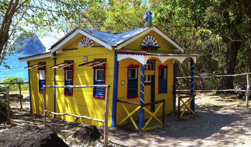 Cette adorable petite maison aux couleurs chatoyantes est nichée à l'Anse Cafard, avec vue sur le rocher du Diamant.