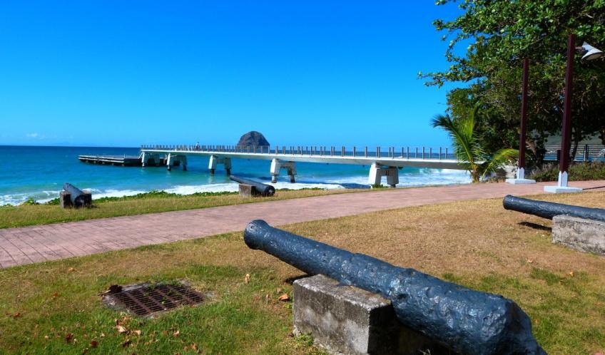 Souvenirs du temps jadis. Plusieurs canons, bien encrés dans le sol et dirigés vers la mer. Vous les trouverez à côté de l'office du tourisme.