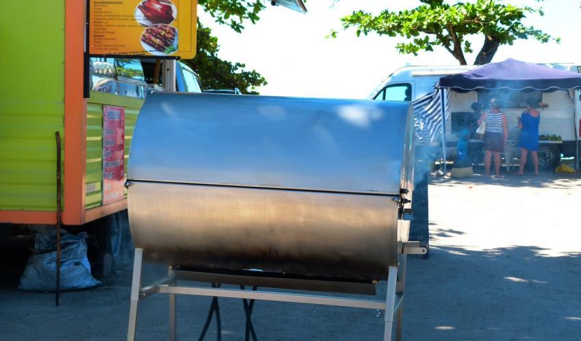 Le célèbre barbecue Antillais. La cuisson peut être grillée ou boucanée (cuisson à l'étouffée sur de la canne à sucre).