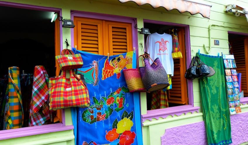 Des couleurs sur les façades et les paréos